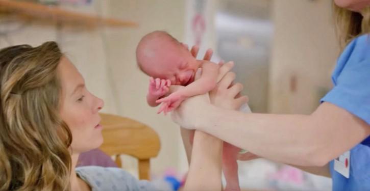 Plus un bébé est câliné, mieux il se développe.
